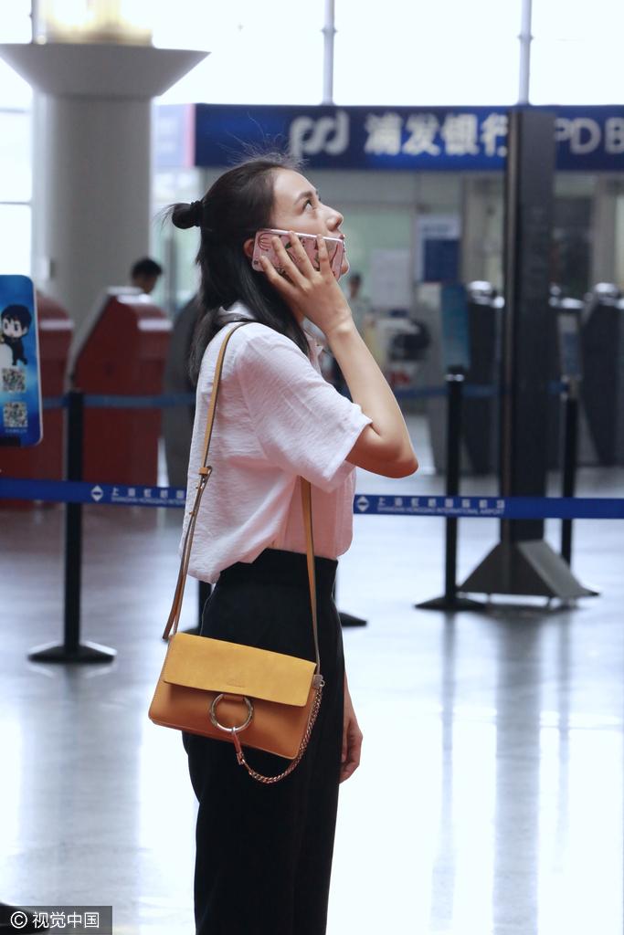 赵又廷在说肉麻情话?高圆圆机场打电话笑靥如花