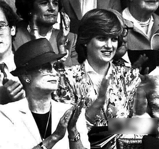 两位著名的王妃:右,戴安娜;左,摩纳哥王妃格蕾丝,也是很出名的好莱坞女星。两位王妃皆死于车祸,红颜薄命啊
