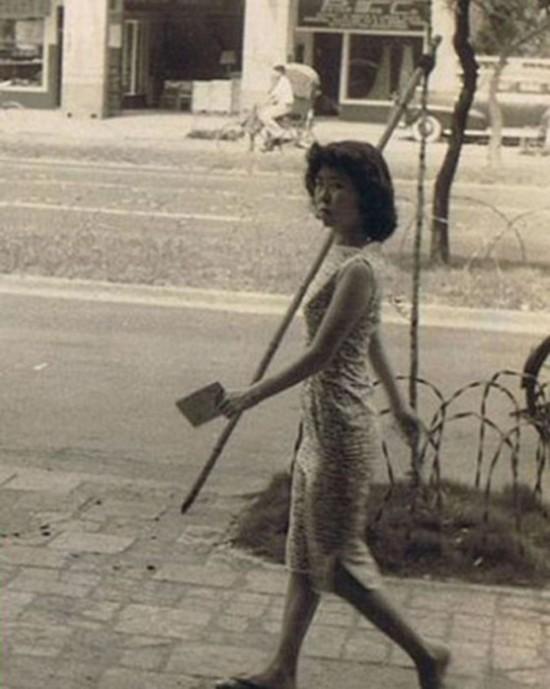 50年代,一个中国女孩在台湾大街上被一个美国大兵偷拍,照片上的女孩儿非常气愤,恶狠狠的看着拍照的美国小子。她叫毕丽娜,来自哈尔滨。他叫费伟德,是一名驻台美军。这是他们第一次见面的情景。后来他们相知相恋,1960年的圣诞节,他们的儿子出生,中文名叫做费翔