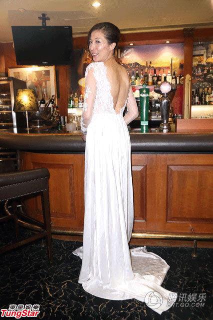 吳綺莉再穿婚紗 深V近肚臍露背又秀腿
