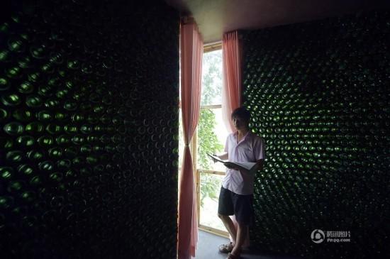 這個大學生把蒐集綑綁來的玻璃瓶一隻一隻拚在牆上,想不到最後完成竟然發生了奇蹟!看過的都給他