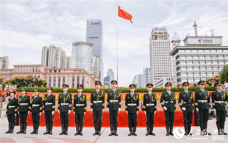 武汉千余市民在洪山广场举行升国旗仪式