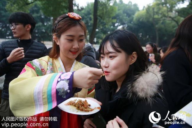 重庆北碚:校园国际文化节 浓郁异国风情(2017.12.9)海外版3版