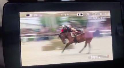 吴秀波录节目意外坠马视频曝光太吓人 被马踩在脚下