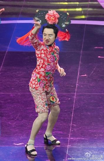 王祖蓝穿红袄丝袜造型怪异自称春节最时尚造型(图)