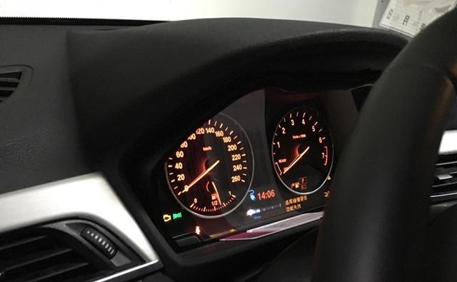 内饰方面,宝马全新x1混动版仪表盘的转速表中增加了相应的纯电动模式