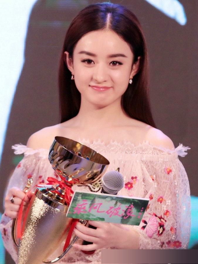 赵丽颖 颖宝最近也是很火啊,穿着粉色看着很可爱,不过赵丽颖还是胖了
