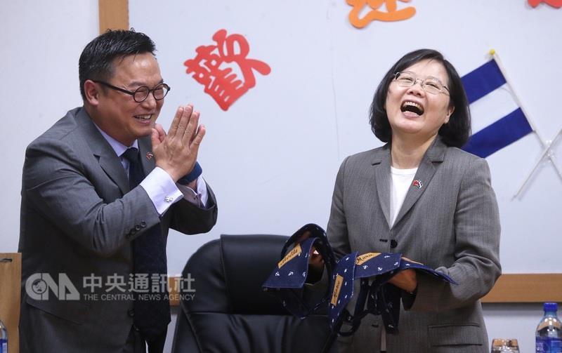 """蔡英文访制衣厂 被送6条""""狗领巾"""""""