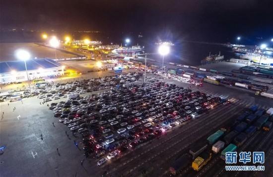 (社会)(1)海口三港通航 仍有大量辆汽车等待过海