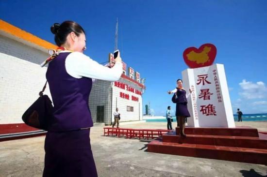 中国空姐登上南沙永暑礁 娇美礁更美